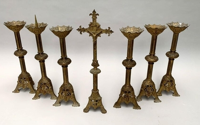 AUTEL GARNITURE in chiselled bronze and formerly gilded in neo-Romanesque style, with stylised foliage decoration. It includes six carved steel picks and an altar cross of an approximate model. The height of the pickets is 56 cm. Height of the cross 68...