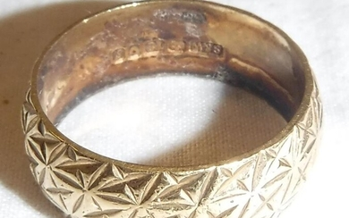 An 18 carat gold ring with engraved decoration, size...
