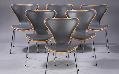 Arne Jacobsen. A set of six chairs, 'Series 7', front-side upholstered, grey leather (6)