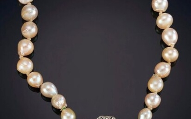 MEDIUM NECKLACE OF CULTIVATED JAPANESE PEARLS IN LIGHT GRADIENT OF HOMOGENEOUS CREAM COLOR AND INTENSE ORIENT. Antique brooch Art - decorated with sparkles of diamonds, central cabochon, on 18k white gold. Price: 200,00 Euros (33.277 Ptas