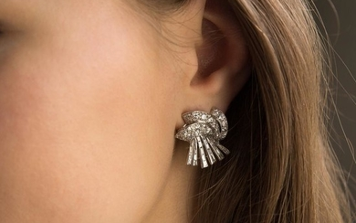 PAIRE DE CLIPS D'OREILLE DIAMANTS A diamond, gold and platinum pair of ear clips.