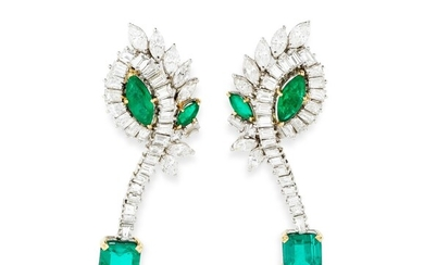 PAIRE DE PENDANTS D'OREILLE ÉMERAUDES ET DIAMANTS | PAIR OF EMERALD AND DIAMOND PENDENT EARRINGS
