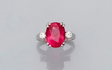 Ring in white gold, 750 MM, set with a large oval translucent rubellite weighing 7.20 carats, 13 x 10 mm, supported by two brilliants, size: 53, weight: 6.85gr. gross.