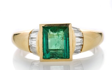 Ring in yellow gold, diamonds and emerald