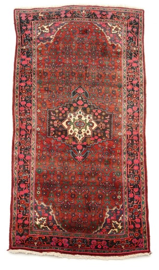 Semi-antique Bidjar carpet, classic medallion design on red base. Persia. Circa 1960. 290×146 cm.