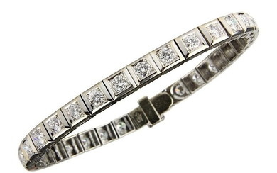 White gold-brilliant tennis bracelet, Germany c. 1990, 585 white gold rodiniert, bracelet with 32 square links with 32 brilliant-cut diamonds, total approx. 4,320 ct, colour Fine white - white, G-H / Top Wesselton - Wesselton, clarity if - vsi, length...