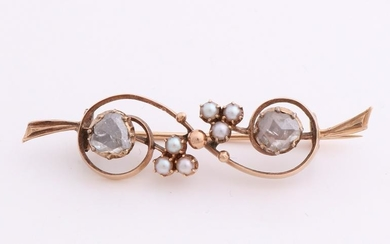 Yellow gold brooch, 585/000, with diamond and pearl.