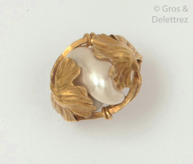 Yellow gold ring, decorated with a baroque pearl...