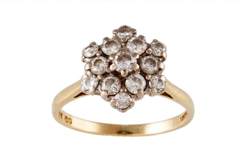 A DIAMOND CLUSTER RING, mounted in 18ct yellow gold