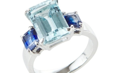 AN AQUAMARINE AND SAPPHIRE DRESS RING IN 18CT WHITE GOLD, FEATURING AN AQUAMARINE OF 4.20CTS, FLANKED BY BLUE SAPPHIRES TOTALLING 1....