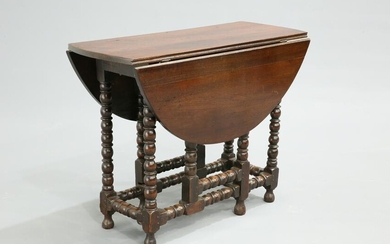 AN EARLY 18TH CENTURY OAK GATELEG TABLE, of small