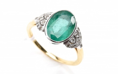 AN EMERALD AND DIAMOND DRESS RING IN 18CT GOLD, RING SIZE O, 3.7GMS