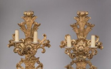 Pair of large SPLACES in carved and gilded wood, with four light arms on two registers in the shape of acanthus bases. Baroque openwork decoration of natural leaves, acanthus scrolls, palmettes, acanthus florets, shells and geometric motifs. Italian...