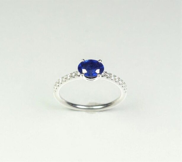 Ring in 18K (750/oo) white gold centered on an oval...