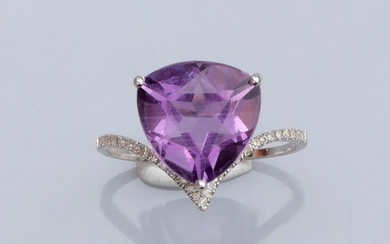 Ring in 375°/00 white gold, set with a triangular amethyst, the ring set with small diamonds. 1.8 g. TDD 53. Width: 13.2 mm