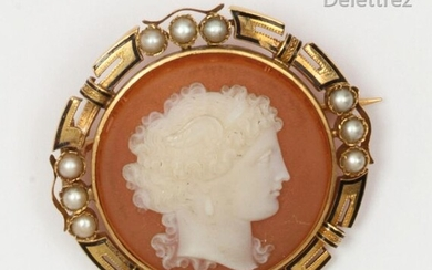 "Round"" brooch in enamelled yellow gold, decorated with an agate cameo representing the profile of a woman in a circle of half pearls. Diameter : 3,7cm. Gross weight : 13g."