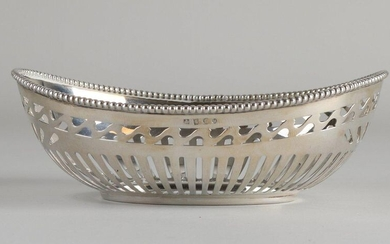 Silver bonbon dish, 925/000, oval model with sawn bars and wavy pattern. On oval base, the rim has a soldered pearl rim. MT .: Koninklijke van Kempen and Begeer, Voorschoten. jl .: u: 1979. 14x10.5x5cm. about 70 grams. In very good condition