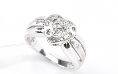 A DIAMOND DRESS RING WITH HEAR SHAPED MOTIF, IN 14CT WHITE GOLD, SIZE N, 3.9GMS
