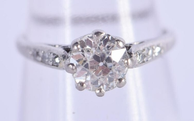A VINTAGE GOLD AND DIAMOND SOLITAIRE RING of approx 0.6