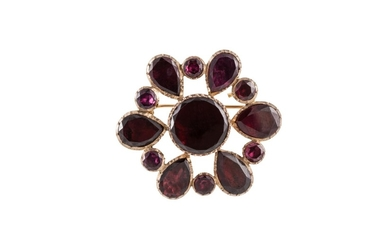AN ANTIQUE GARNET BROOCH