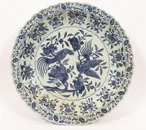 CHINESE MING-STYLE BLUE AND WHITE PORCELAIN CHARGER