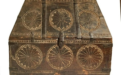 Carved wooden casket, the sixteenth century. H cm
