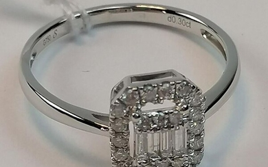 Ring in white gold 750/1000è of rectangular shape decorated with 24 round modern cut diamonds of 0,20 ct and 4 baguette cut diamonds of 0,10 ct. TDD: 54. PB: 2,15 grs