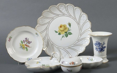 Set of tableware with flower painting Meissen, 1972-89, porcelain, mono- or polychrome painting on glaze in the decorations ''Yellow Rose'', ''German Flower'', ''Streublümchen'' and ''Blue Flower'', gold rim, 6 pcs. dam: cake plate, fan-shaped bowl...