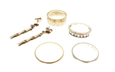 Small selection of jewellery comprising; 22ct gold wedding band,...