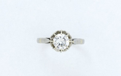 Solitaire ring in 750 thousandths white gold set...
