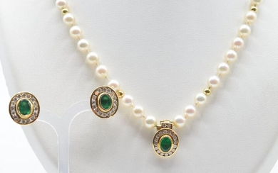 2 earrings in 18 ct yellow gold set with 32 brilliants +/- 1.30 ct and 2 emeralds - 8 g