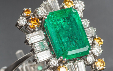 8 CARAT EMERALD RING WITH 24 DIAMONDS APPROX. 1970.