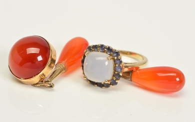 A 9CT GOLD GEM RING, A PAIR OF CARNELIAN DROPS AND A SINGLE ...