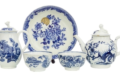 A COLLECTION OF FIVE PIECES OF FIRST PERIOD WORCESTER BLUE AND WHITE
