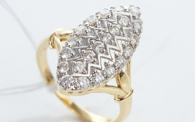 A DIAMOND PLAQUE RING IN TWO TONE 18CT GOLD, DIAMONDS TOTALLING 0.93CT, SIZE M, 4.8GMS