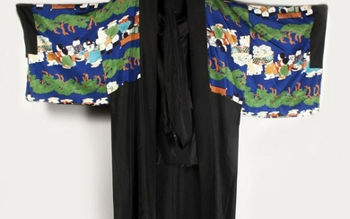 A GOOD CHINESE 19TH / 20TH CENTURY PAINTED SILK ROBE,