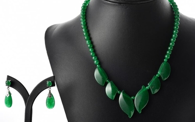 A GREEN STONE BEADS NECKLACE, TOGETHER WITH A MATCHING PAIR OF EARRINGS