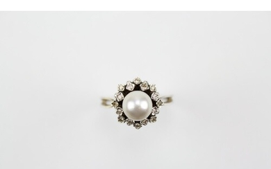 A Pearl Dress Ring set chip stones. Size: M