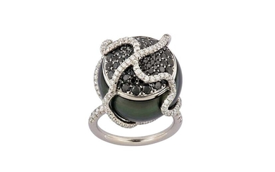 A cultured pearl dress ring