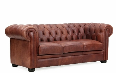 A three-seater Chesterfield sofa with brown leather cover. L. 210 cm.