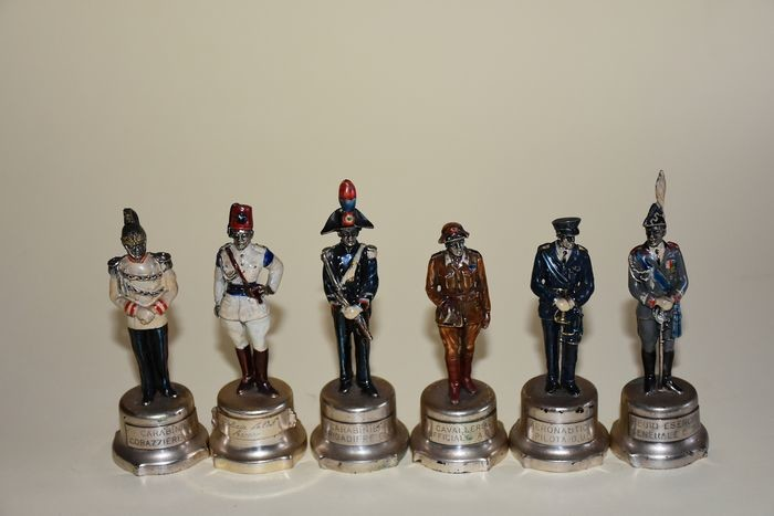 Complete and rare series of 12 sculptures of soldiers in cast silver enamelled and punched enamelled. (12) - .800 silver - Domenico Mitarotonda- Italy - Second half 20th century