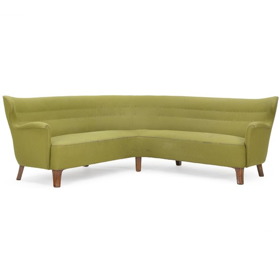 Danish cabinetmaker: Freestanding corner sofa with patinated oak legs. Sides, seat and back upholstered with green wool. Approx. 210×210 cm.