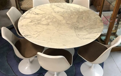 Eero SAARINEN (1910-1961) and KNOLL - Dining table model Tulip with circular marble top and base resting on a corolla base in cast aluminium. Accompanied by 6 chairs of the same model (including 2 swivel chairs). H 71 x Diam. 138 cm for the table. H 80...