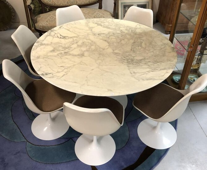 Eero SAARINEN (1910-1961) and KNOLL - Dining table model Tulip with circular marble top and base resting on a corolla base in cast aluminium. Accompanied by 6 chairs of the same model (including 2 swivel chairs). H 71 x Diam. 138 cm for the table. H...