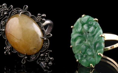Jewellery gold - 14k yellow gold ring set with a nephrite jade plaque, and a silver ring set with a cabochon cut chalcedony - 62 and 57 mm
