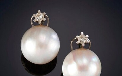 MABE PEARL EARRINGS CROWNED BY A BRIGHTNESS on a frame of 18k white gold. Price: 200,00 Euros. (33.277 Ptas.)
