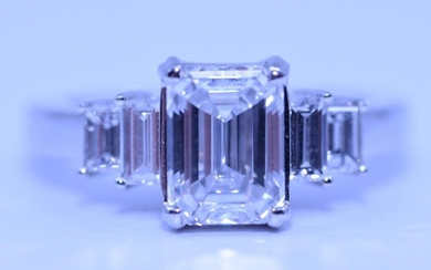 Ring in 18ct white gold with beautiful emerald cut diamonds : In the middle an emerald cut diamond of 2,35 ct D-VS1 with G.I.A certificat + 2 emerald cut diamonds on both sides 0,82ct in total D-VS quality. Size: 53-54