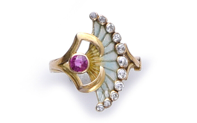Ring in 750th gold, adorned with a ruby from which escapes a fan-shaped pattern in pale blue plique enamel, underlined by a line of old-cut diamonds in closed setting (small enamel shock).