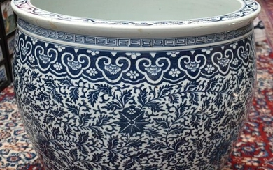 A HUGE 19TH CENTURY CHINESE BLUE AND WHITE PORCELAIN
