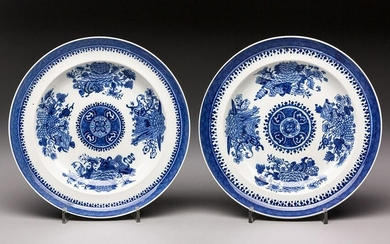 A PAIR CHINESE BLUE AND WHITE 'FITZHUGH' DISHES